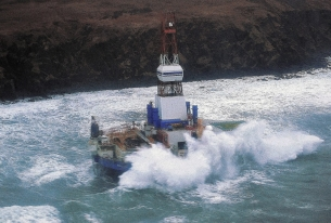 More trouble for Shell in Alaska as oil rig runs aground