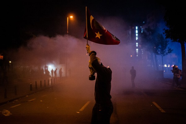 1024px-Protesters_action_during_Gezi_park_night_protests._Events_of_June_15,_2013-2