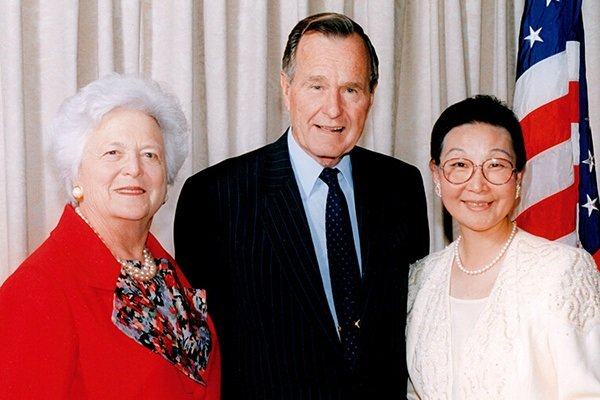 Florence Fang with former President and First Lady Bush, from Chinese news website also noting Fang's service on behalf of the Chinese government (Sohu).