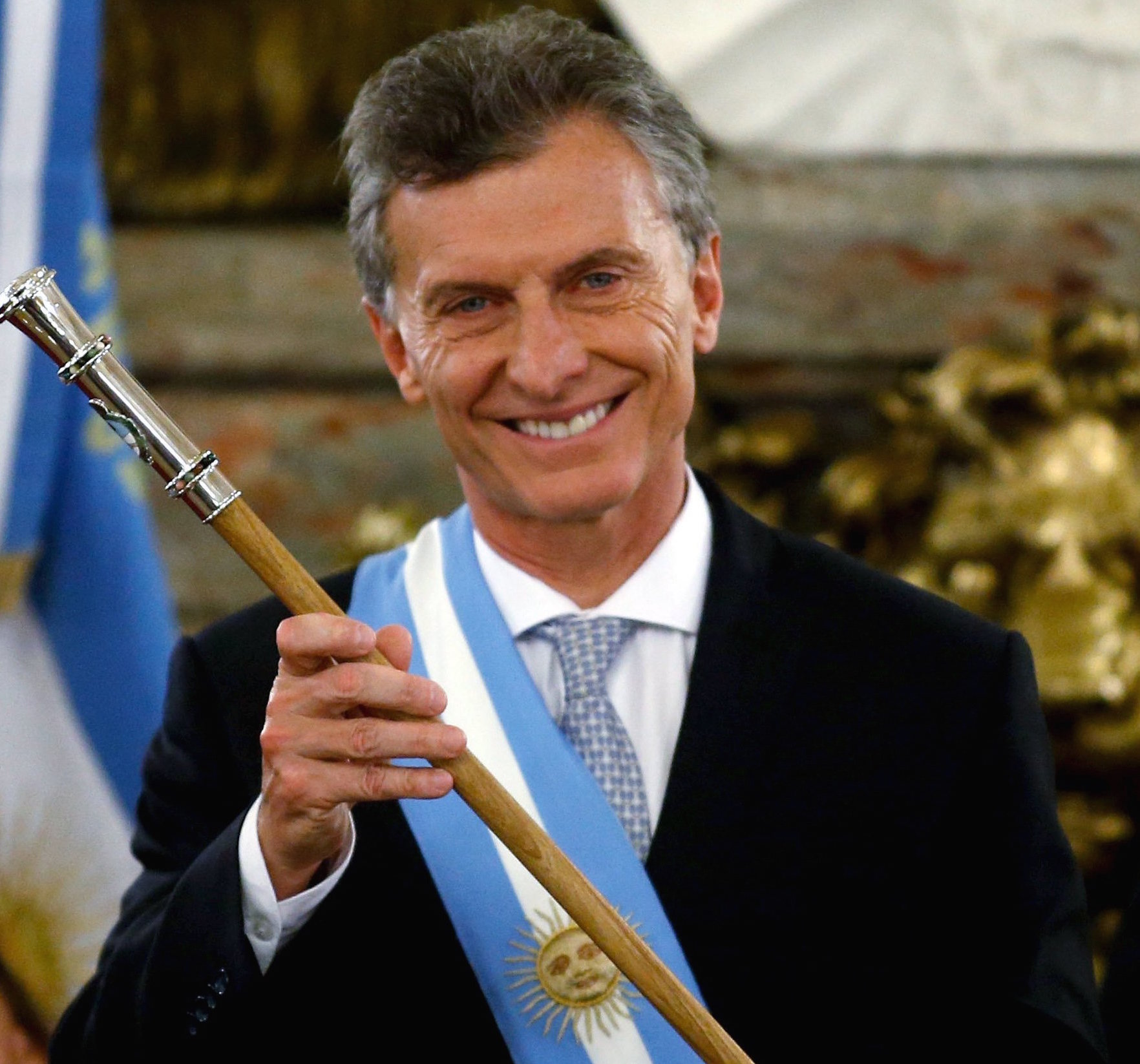 Argentina's President Mauricio Macri holds the symbolic leader's staff next to Vice-President Gabriela Michetti (L) and Senate provisional president Federico Pinedo (R) at Casa Rosada Presidential Palace in Buenos Aires, Argentina, December 10, 2015. REUTERS/Marcos Brindicci