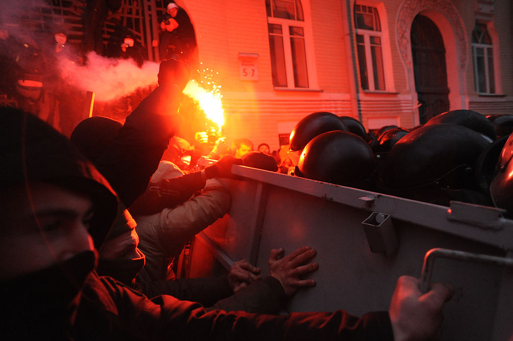 Soldiers_of_Ukraine's_Internal_Troops_in_riot_gear_and_protesters_clash_at_Bankova_str,_Kiev,_Ukraine._December_1,_2013.-2