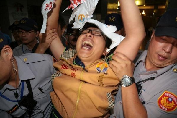 Anti-China protester at Taipei airport, Aug. 22 (Storm Media Group, Taipei)