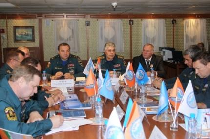 Discussing Russian SAR operations. (c) EMERCOM.