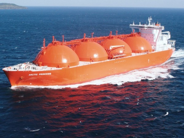 Many LNG tankers can be identified by their distinctive, supercooling spherical tanks. On others, the tanks are located below decks. (Photo: www.seanews.com.tr)